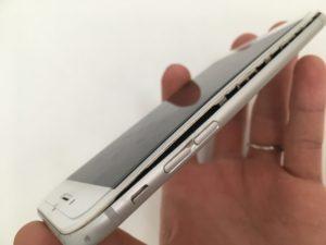 バッテリー膨張で画面が浮いてきたiPhone