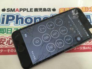 クモの巣みたいに割れたiPhone