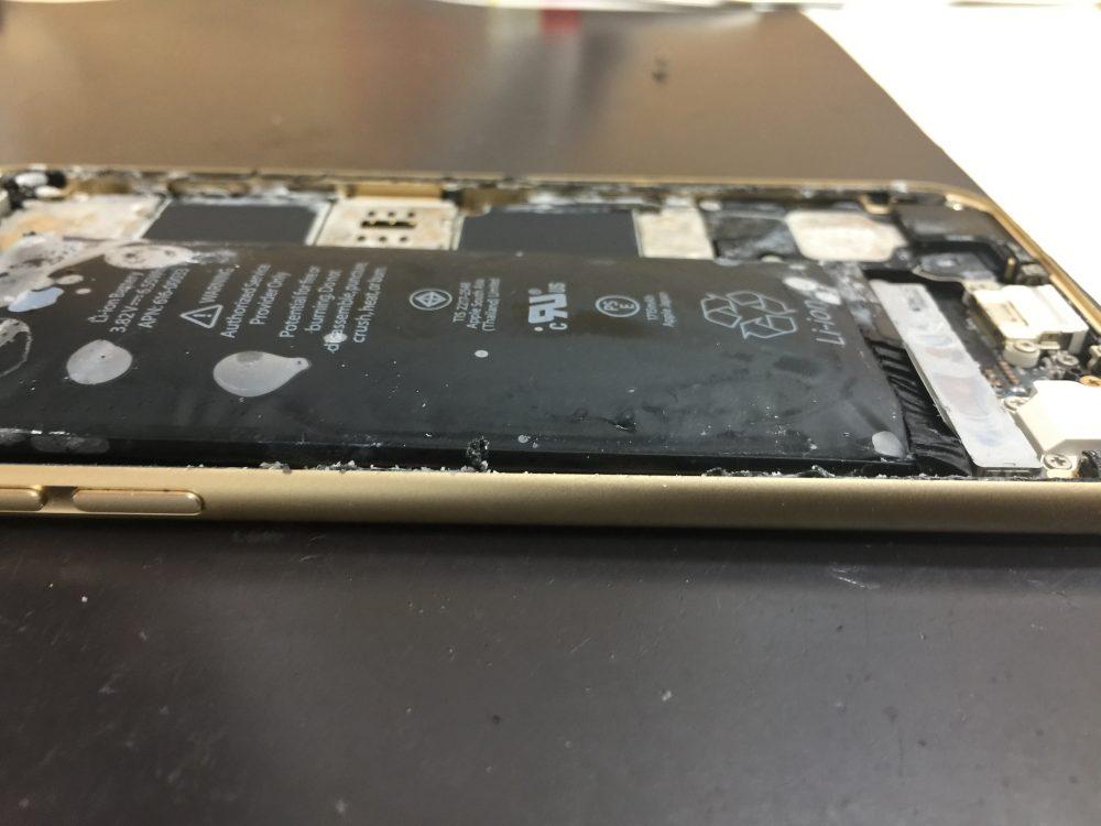 劣化して膨張したiPhone