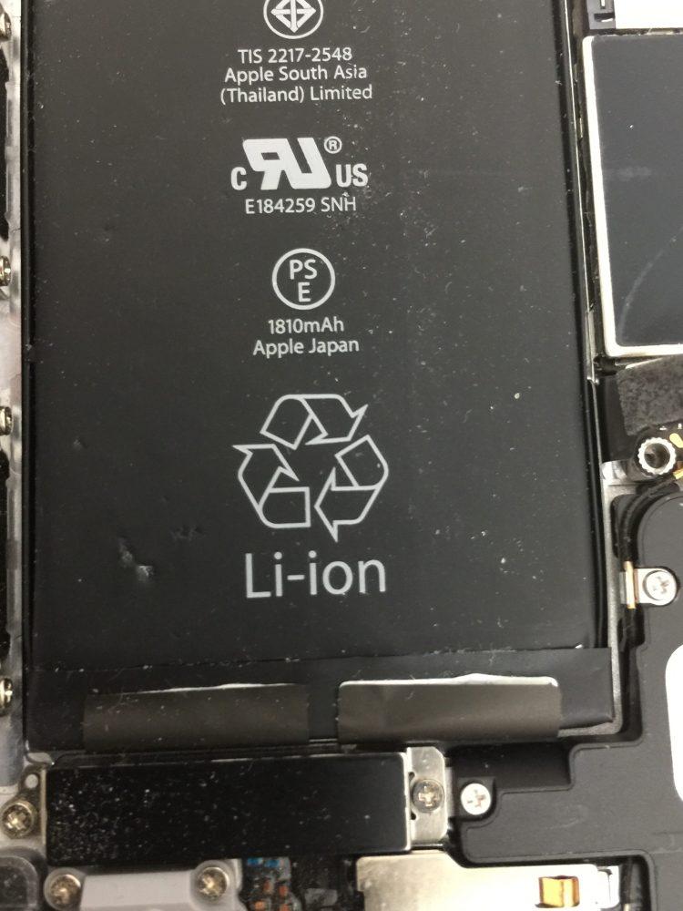 ガラス片が内部に入ったiPhone