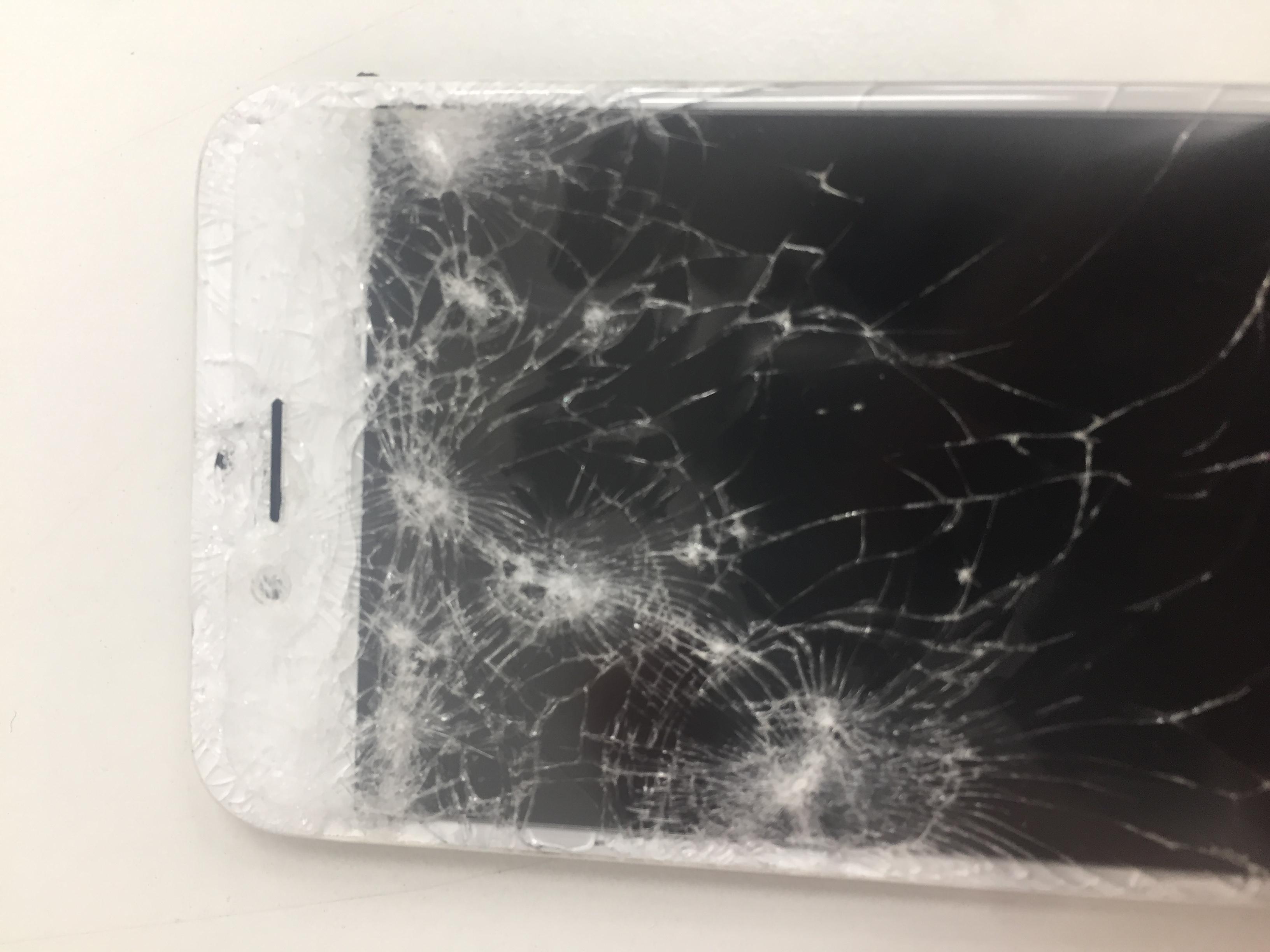 車に轢かれたiPhone