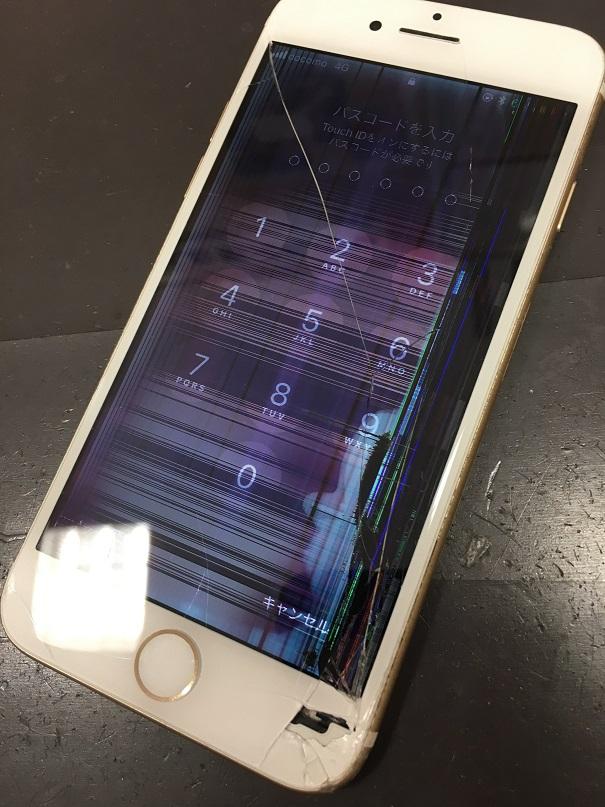ガラスが割れて液漏れを起こしているiPhone6s
