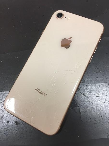 背面ガラスが割れたiPhone8