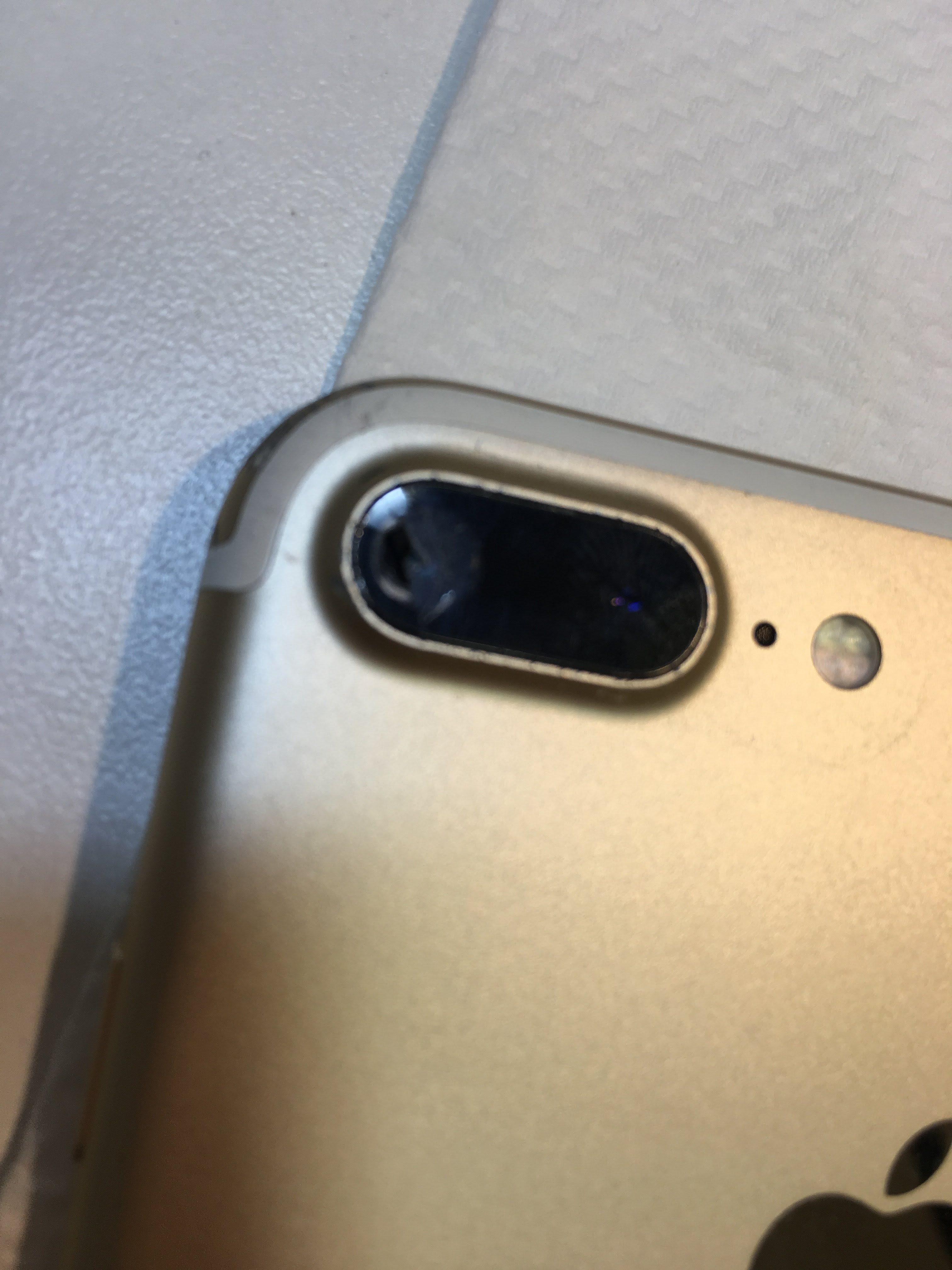 カメラレンズの割れたiPhone7Plus