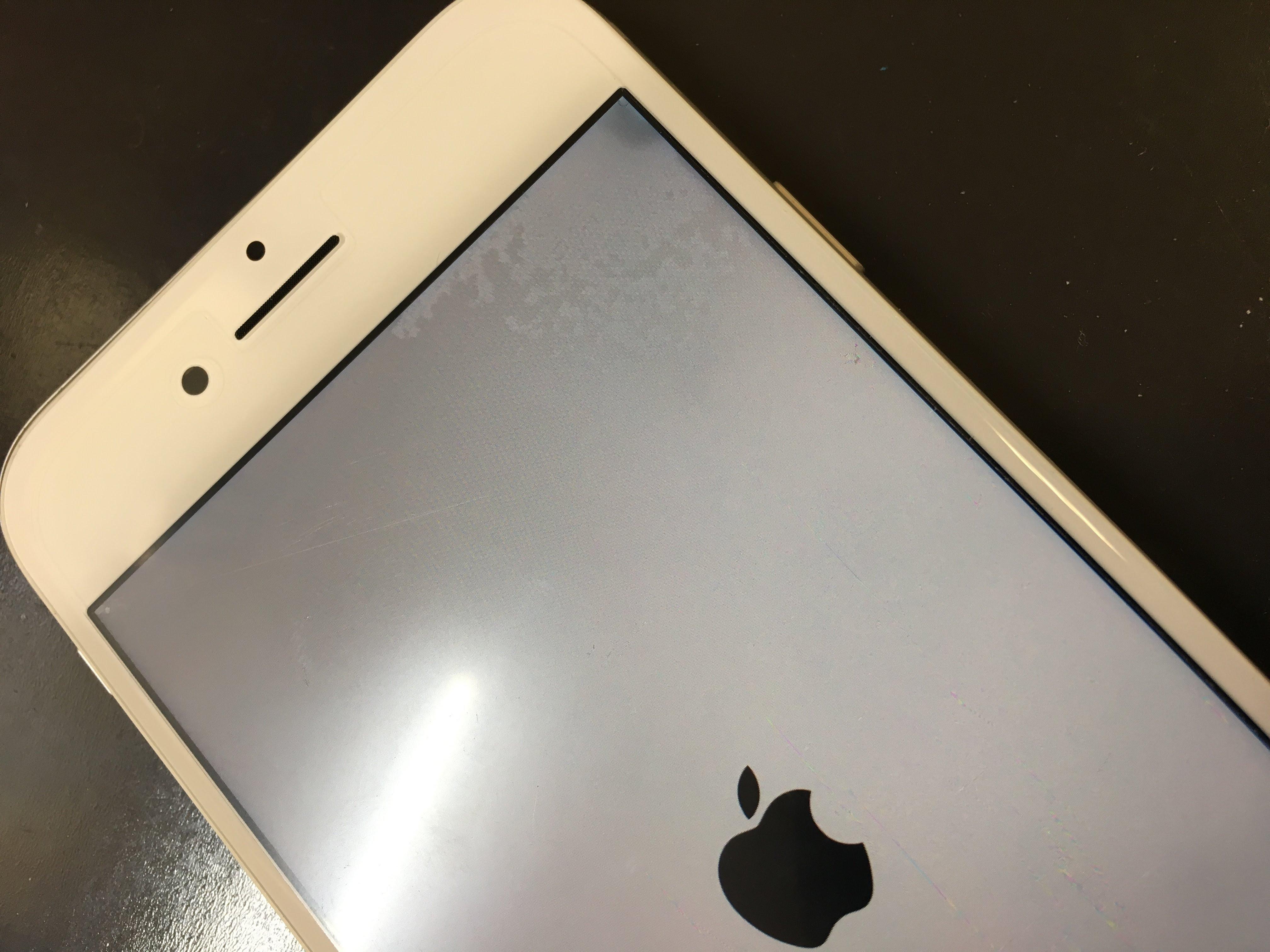 内部に水が入ったiPhone8の液晶