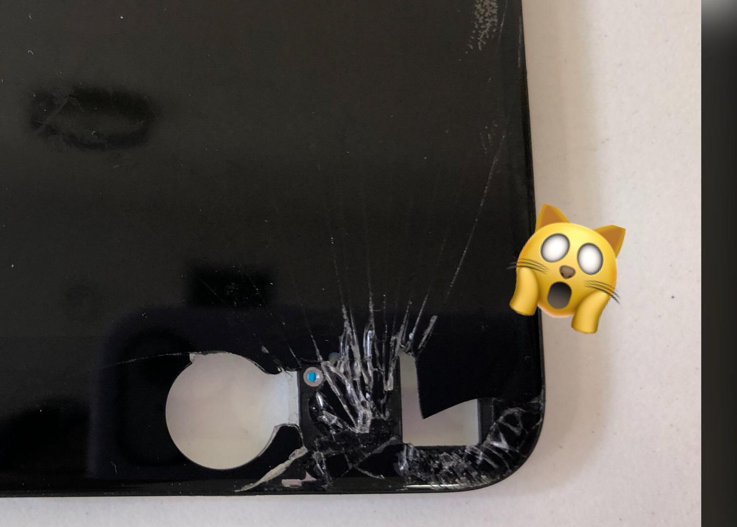 穴が空いたiPhoneの写真