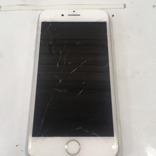 割れたiPhone画像